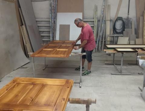při výrobě nábytku